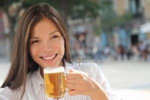 Sérieux, c'est pas la nana qu'on voit partout dans les magazines de running ? Elle nous fait même la bière de récup !
